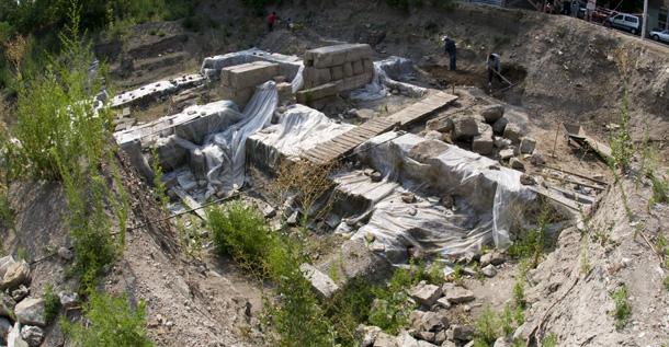 Акве Калиде. Разкопките,  защитени с найлон