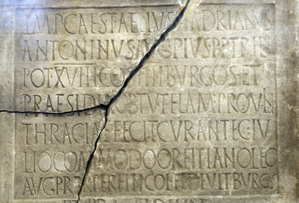 Експонат от Археологическия музей в Бургас. Шрифт – радост за дизайнера