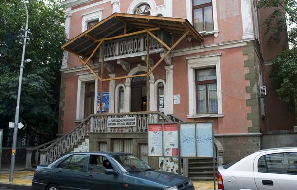 Природонаучния музей в Бургас. Странната конструкция над входа защитава от разпадащата се фасада